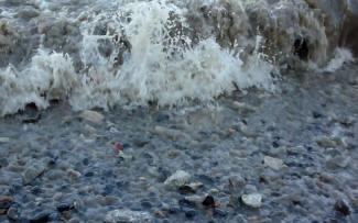 Greenwich - Thames foreshore wake waves breaking